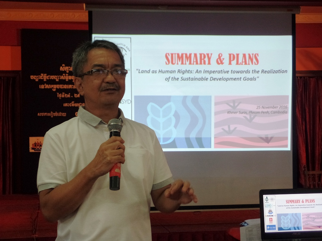 Roel Ravanera of ANGOC summarizing the presented plans of the breakout sessions.